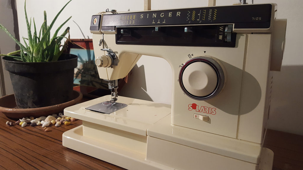 La machine à coudre vintage de ma Mamie : la Singer 7105 dont je vais me servir à partir de maintenant.
