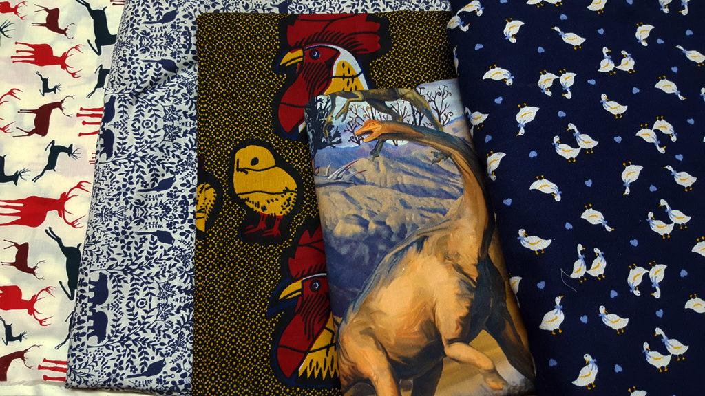 Ma réserve de tissu pour la couture avec des motifs animaux : cerfs, ours et oiseaux, poussins et coqs, dinosaure et oies.