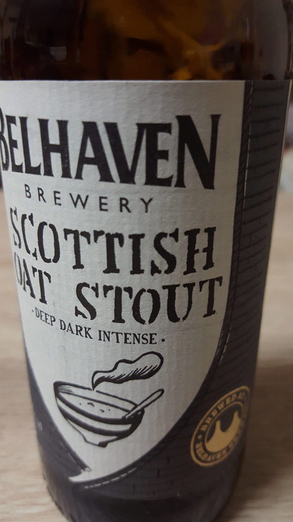 La bouteille de la bière brune Scottish Oat Stout de la brasserie Belhaven Brewery de Dunbar en Ecosse.
