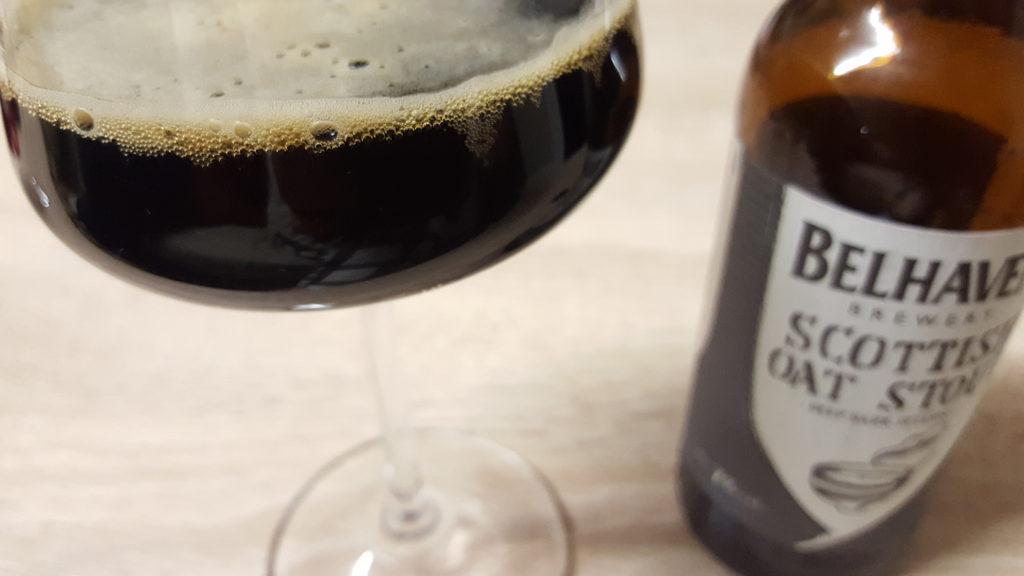 La bière brune Scottish Oat Stout de la brasserie Belhaven Brewery de Dunbar en Ecosse et sa bouteille.