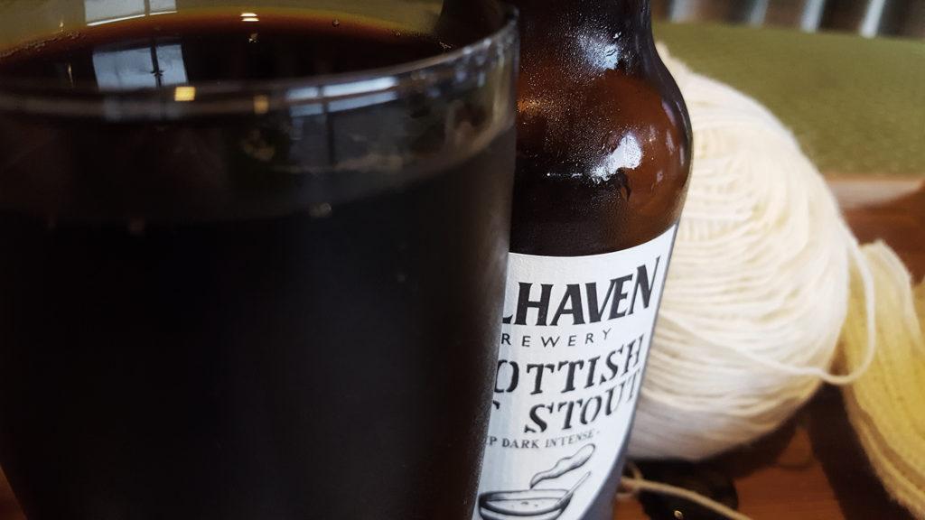 La bière brune Scottish Oat Stout de la brasserie Belhaven Brewery de Dunbar en Ecosse, sa bouteille et mon tricot.