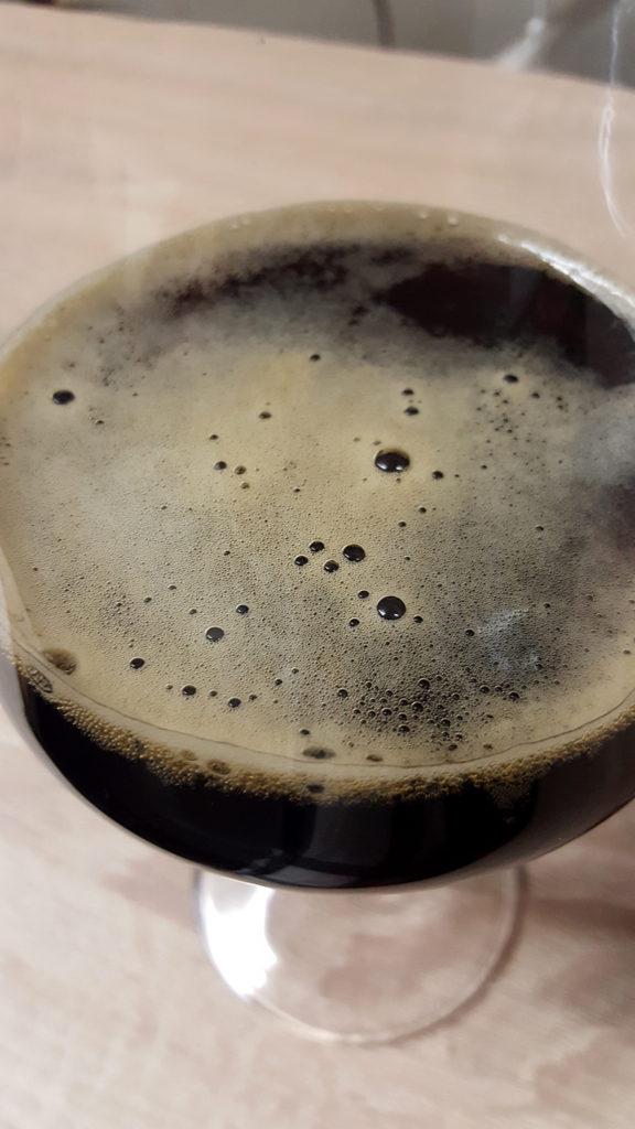 La bière brune Scottish Oat Stout de la brasserie Belhaven Brewery de Dunbar en Ecosse servie en verre.