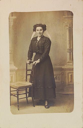 Portrait d'une jeune femme trégorroise en costume avec une double jupe issue des collections du musée de Bretagne et utilisée pour le concours Des Modes et Nous 2017 de la confédération Kendalc'h.