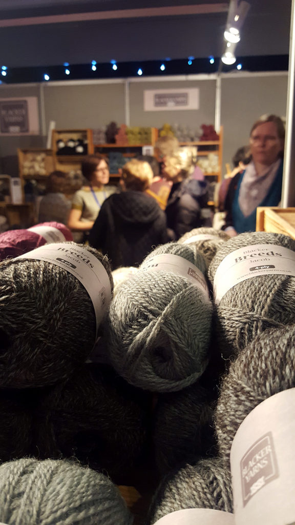 Le stand de la boutique de laine Blacker Yarns au Edinburgh Yarn Festival 2018, festival de laine et de tricot d'Édimbourg en Écosse.