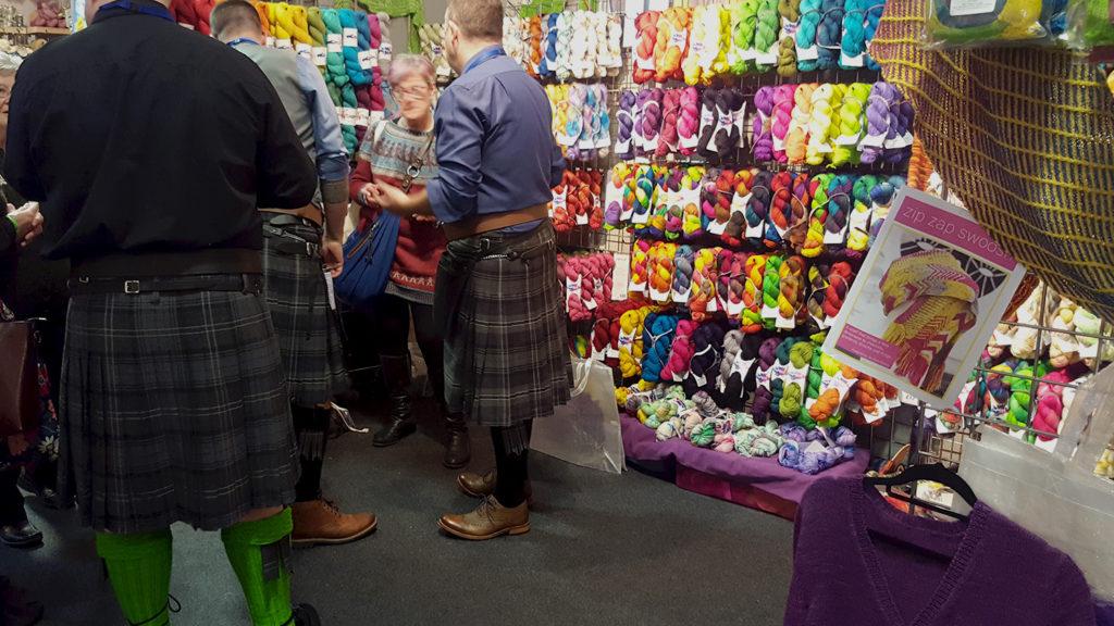 Des hommes en kilt sur le stand de la boutique de laine britannique Easyknit au Edinburgh Yarn Festival 2018, festival de laine et de tricot d'Édimbourg en Écosse.