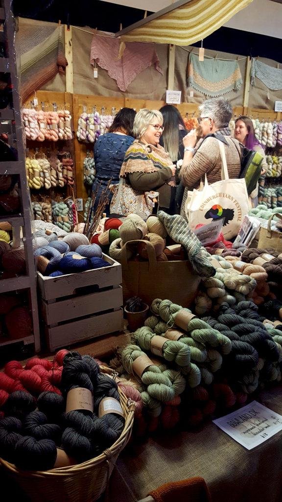 Le stand de la boutique de laine Eden Cottage Yarnau Edinburgh Yarn Festival 2018, festival de laine et de tricot d'Édimbourg en Écosse.