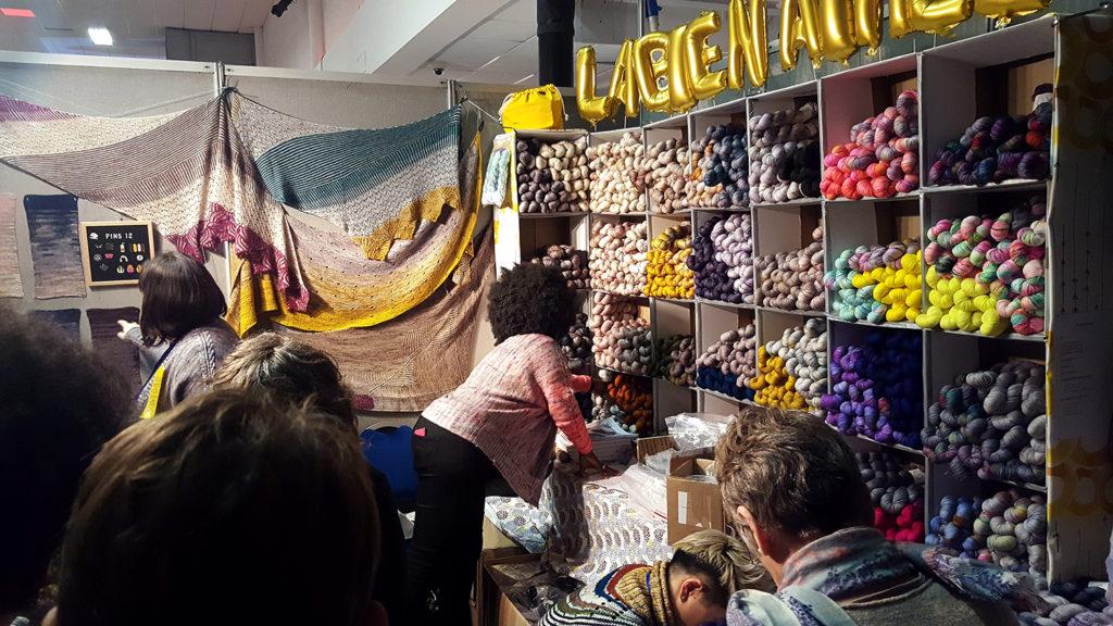 Le stand de la boutique de laine parisienne La Bien Aimée au Edinburgh Yarn Festival 2018, festival de laine et de tricot d'Édimbourg en Écosse.