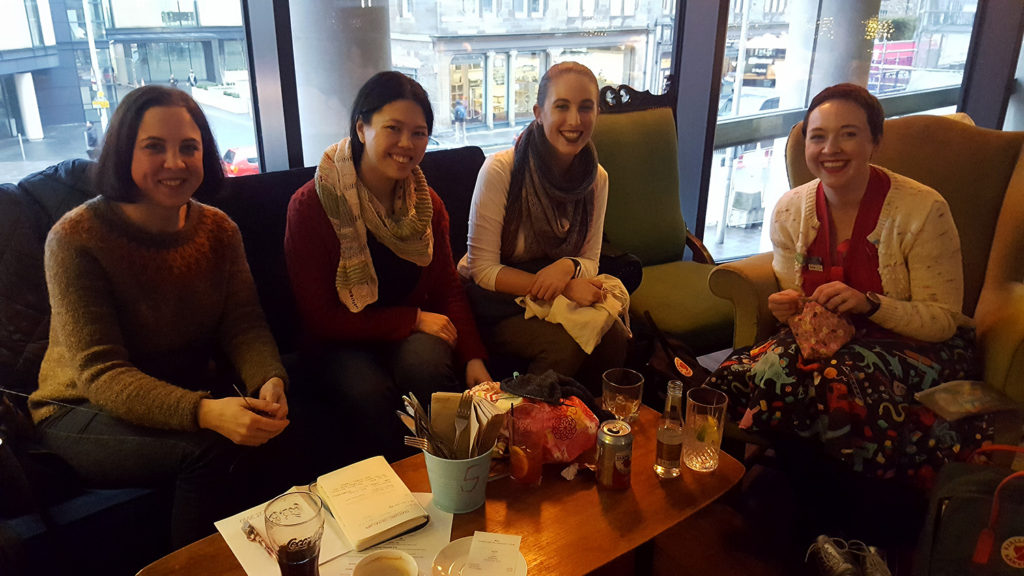 """Les tricoteuses que j'ai rencontrées au café suédois Akva lors de la rencontre entre tricoteu.r.se.s """"Meet-Up and Knit"""" pour le Edinburgh Yarn Festival 2018, festival de laine et de tricot d'Édimbourg en Écosse."""