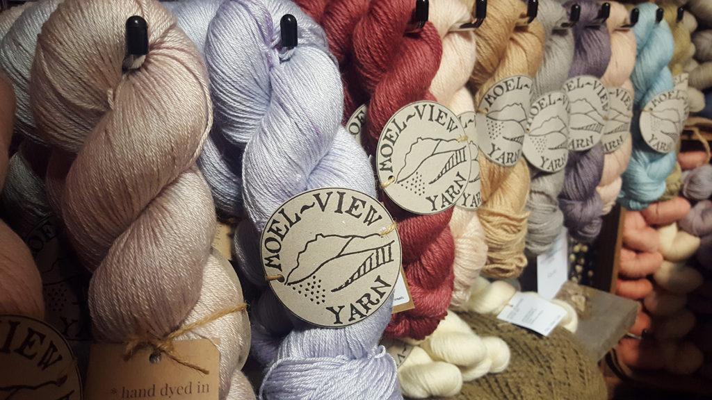 Le stand de la boutique de laine galloise Moel View Yarn au Edinburgh Yarn Festival 2018, festival de laine et de tricot d'Édimbourg en Écosse.