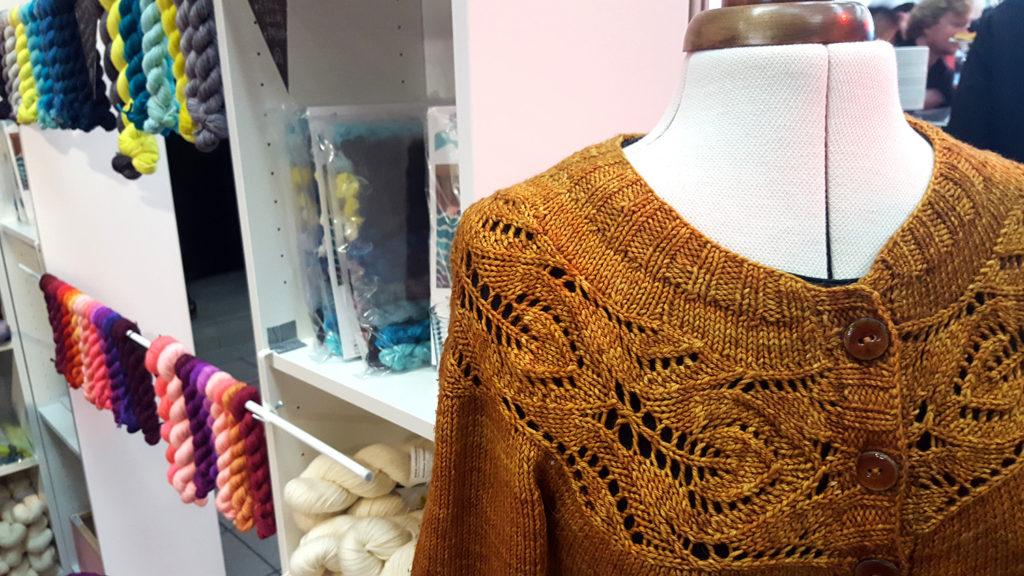 Le stand de la boutique de laine Rainbow Heirloom au Edinburgh Yarn Festival 2018, festival de laine et de tricot d'Édimbourg en Écosse.
