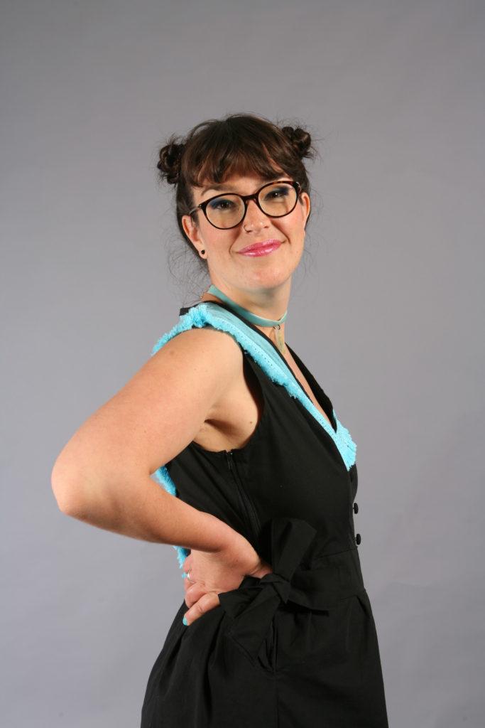 La robe Eté à Perros-Guirec, création contemporaine inspirée du costume trégorrois pour le concours Des Modes et Nous de la confédération Kendalc'h vue de dos avec coiffure et maquillage.