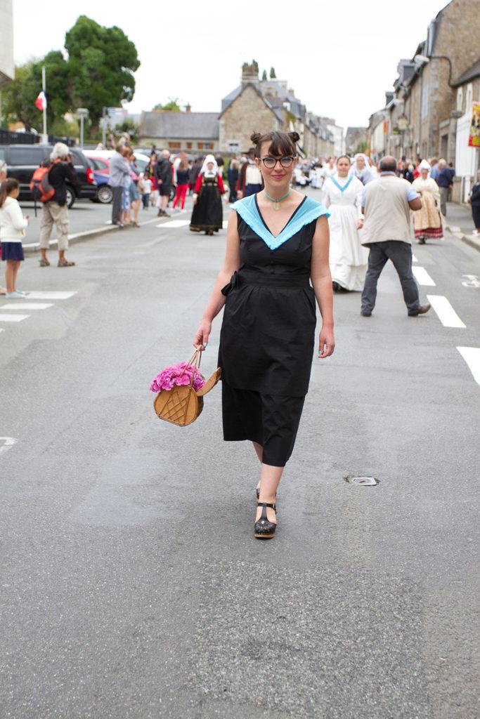 La robe Eté à Perros-Guirec, création contemporaine inspirée du costume trégorrois pour le concours Des Modes et Nous de la confédération Kendalc'h lors du défilé dans Guingamp.