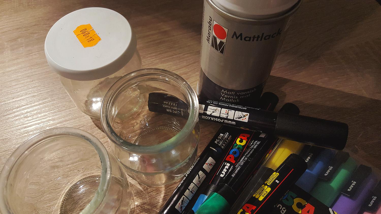 Le matériel pour réaliser les photophores décorés avec les marqueurs Posca et le vernis mat.