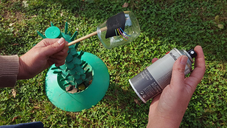 La technique pour vernir les photophores décorés avec des marqueurs Posca avec une baguette chinois pour ne pas s'en mettre sur les doigts testée sur le photophore chat.