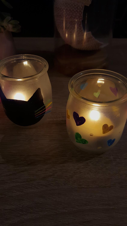 Les deux photophores chat et cœurs décorés avec des marqueurs Posca éclairés avec une bougie pour créer une lumière douce et un éclairage tamisé.