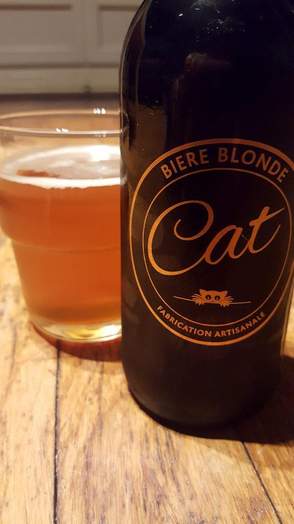 La bouteille de bière blonde artisanale Cat et son super logo doré représentant un chat à côté d'un verre servi.