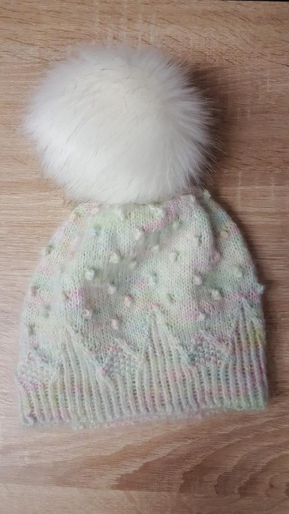 Le bonnet Kobuk de la créatrice Caitlin Hunter de Boyland Knitworks tricoté à la main par McLovin avec de la laine Hedgehog Fibres et Lang Yarn.