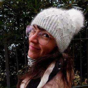 Le bonnet Kobuk de la créatrice Caitlin Hunter de Boyland Knitworks, tricoté à la main par McLovin qui le porte de face.