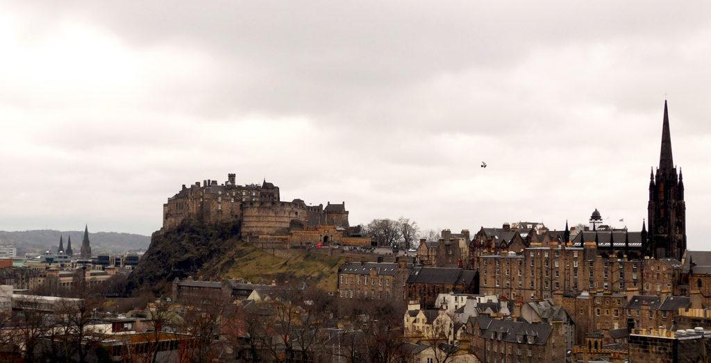 La ville d'Edimbourg en Ecosse côté château sous un ciel gris.