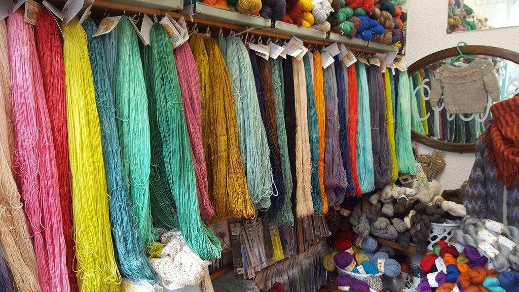 A l'intérieur du magasin de laine et tricot d'Edimbourg en Ecosse Ginger Twist Studio, la laine teinte à la main.