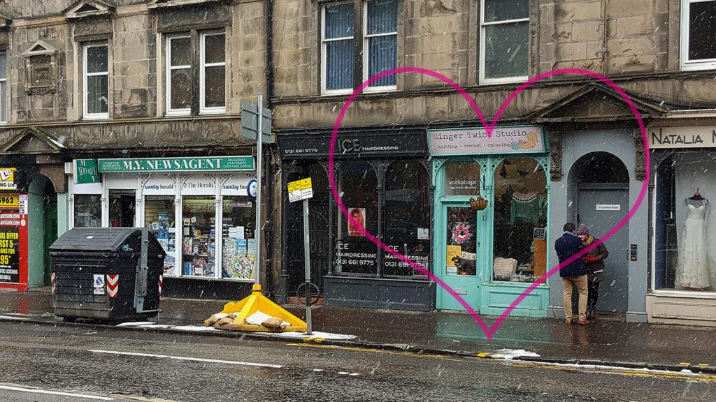 La devanture du magasin de laine et tricot Ginger Twist Studio à Edimbourg en Ecosse.