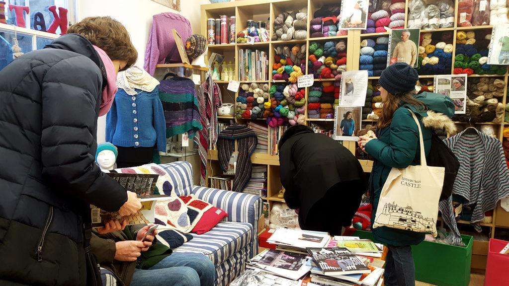 Les laines et livres de tricot à l'intérieur du magasin de laine et tricot d'Edimbourg en Ecosse Kathy's Knits.