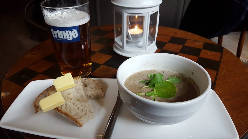 Le repas pris en tricotant au pub Sheep Heid Inn de Duddington à côté d'Edimbourg en Ecosse : bière, pain beurre et soupe de champignons !
