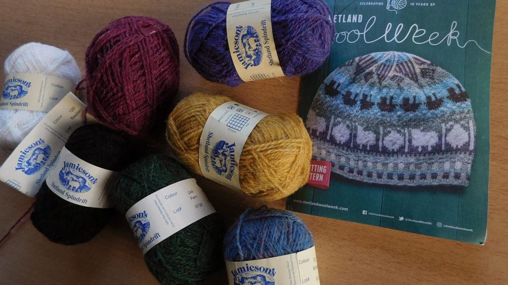 Le modèle du bonnet Roadside beanie de la Shetland Wool Week 2019 avec les différentes couleurs de laine Shetland Spindrift de Jamieson's of Shetland choisies pour le tricoter.
