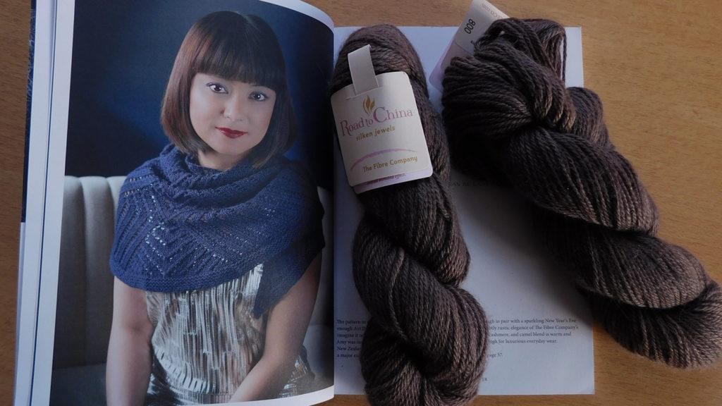 Le modèle de châle Deco City d'Amy Van de Laar dans le magazine Pompom quaterly hiver 2015 et la laine Road to China de The Fibre Company qui va servir à le tricoter.