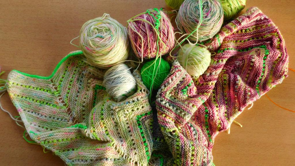 Laine multicolore HKNT et début de châle Speckle and Pop de Stephen West en cours de tricot.