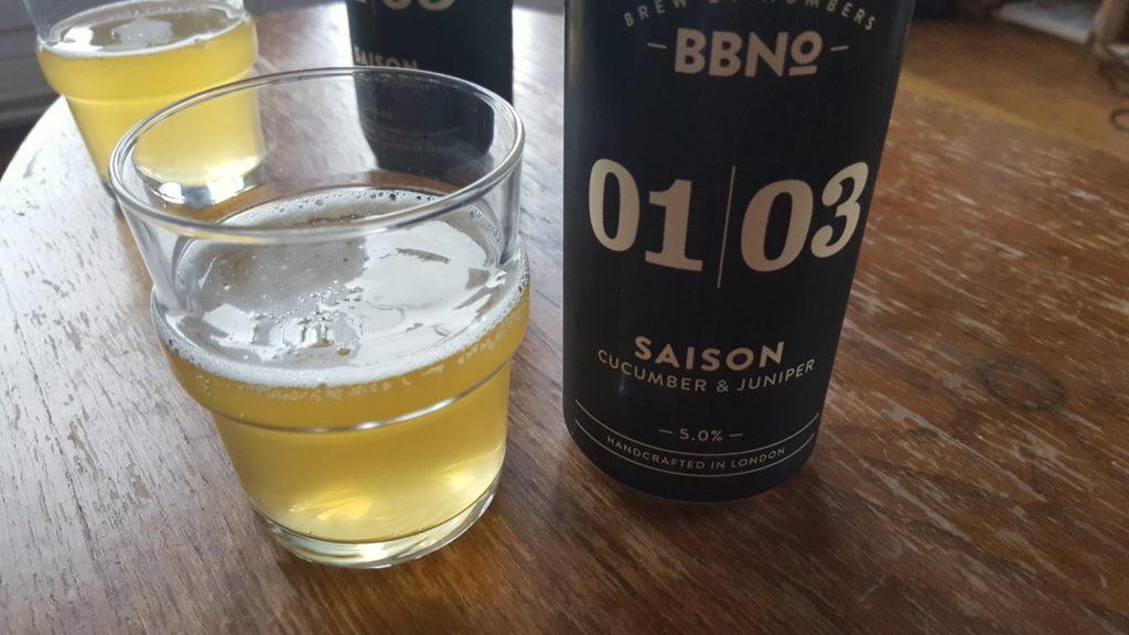 La bière au concombre Cucumber & Juniper de la Brasserie Brew by Numbers servie dans un verre.