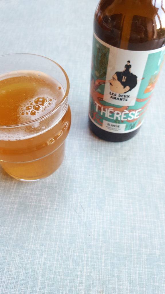 La bière au concombre Thérèse de la Brasserie des Deux Amants servie dans un verre.