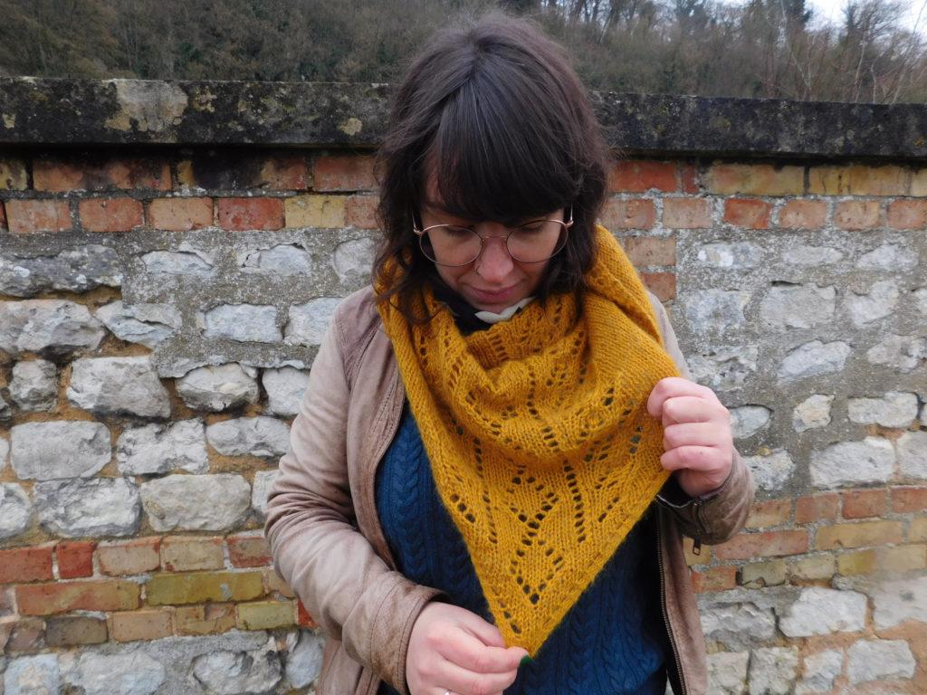 Le châle triangulaire Rue de Grenelle de La Droguerie avec sa dentelle tricotée