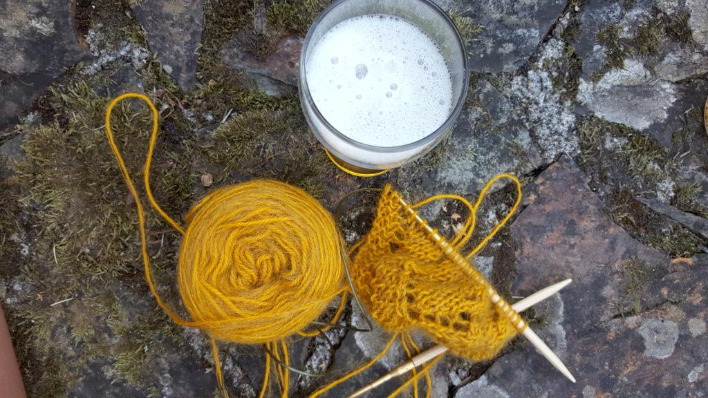 Le tout début du tricot du châle Rue de Grenelle avec les laines Alpaga (100% alpaga) t Plumette (mélange de mohair et polyamide) de La Droguerie à côté d'une bière