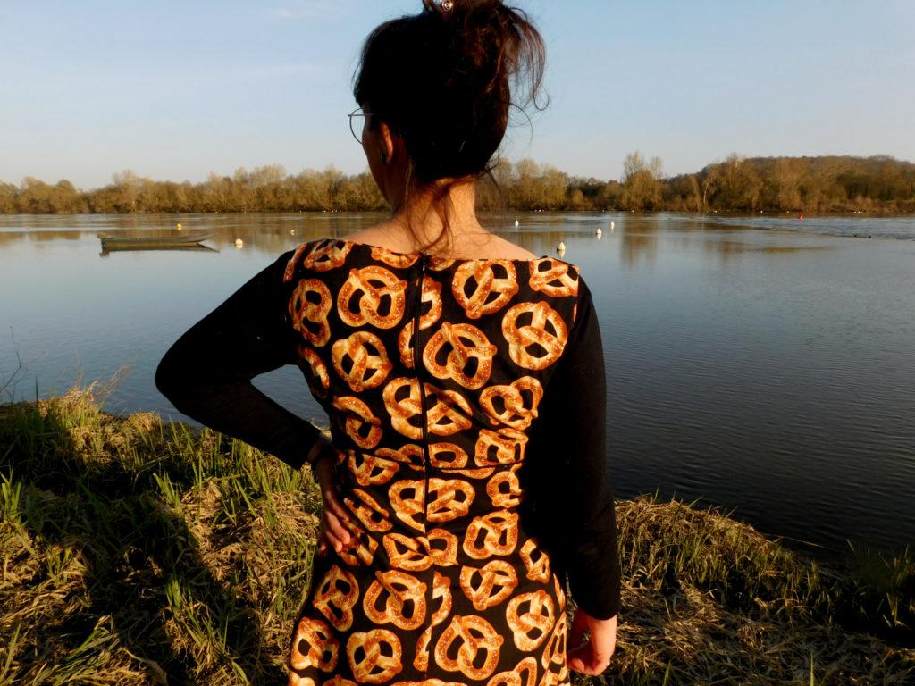 La robe trapèze Easy Chic de Modes et Travaux cousue dans un tissu bretzel vue de dos.