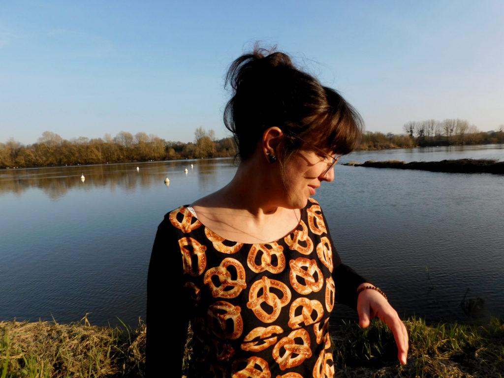 La robe trapèze Easy Chic de Modes et Travaux cousue dans un tissu bretzel vue de face.