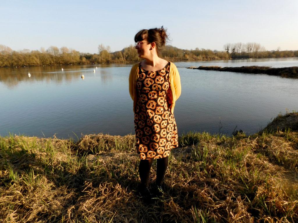 La robe trapèze Easy Chic de Modes et Travaux cousue dans un tissu bretzel.