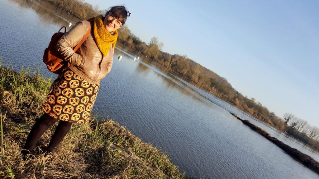 Ma tenue faite maison : la robe Easy chic Modes et Travaux en tissu bretzel portée avec le tricot châle Rue de Grenelle de La Droguerie.
