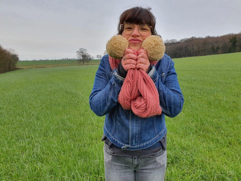 Ma grosse écharpe vieux rose avec ses énormes pompons crème tricotée main avec une torsade de côtes anglaises de face.