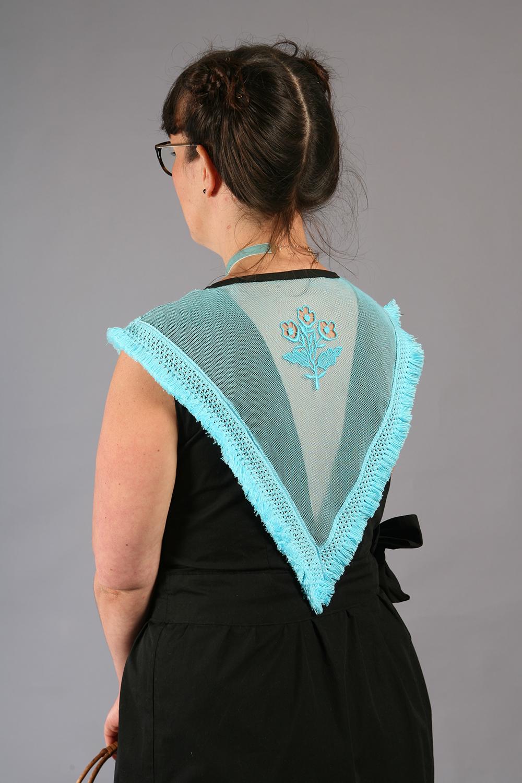 La robe Eté à Perros-Guirec, création contemporaine inspirée du costume trégorrois pour le concours Des Modes et Nous de la confédération Kendalc'h vue de dos avec coiffure.